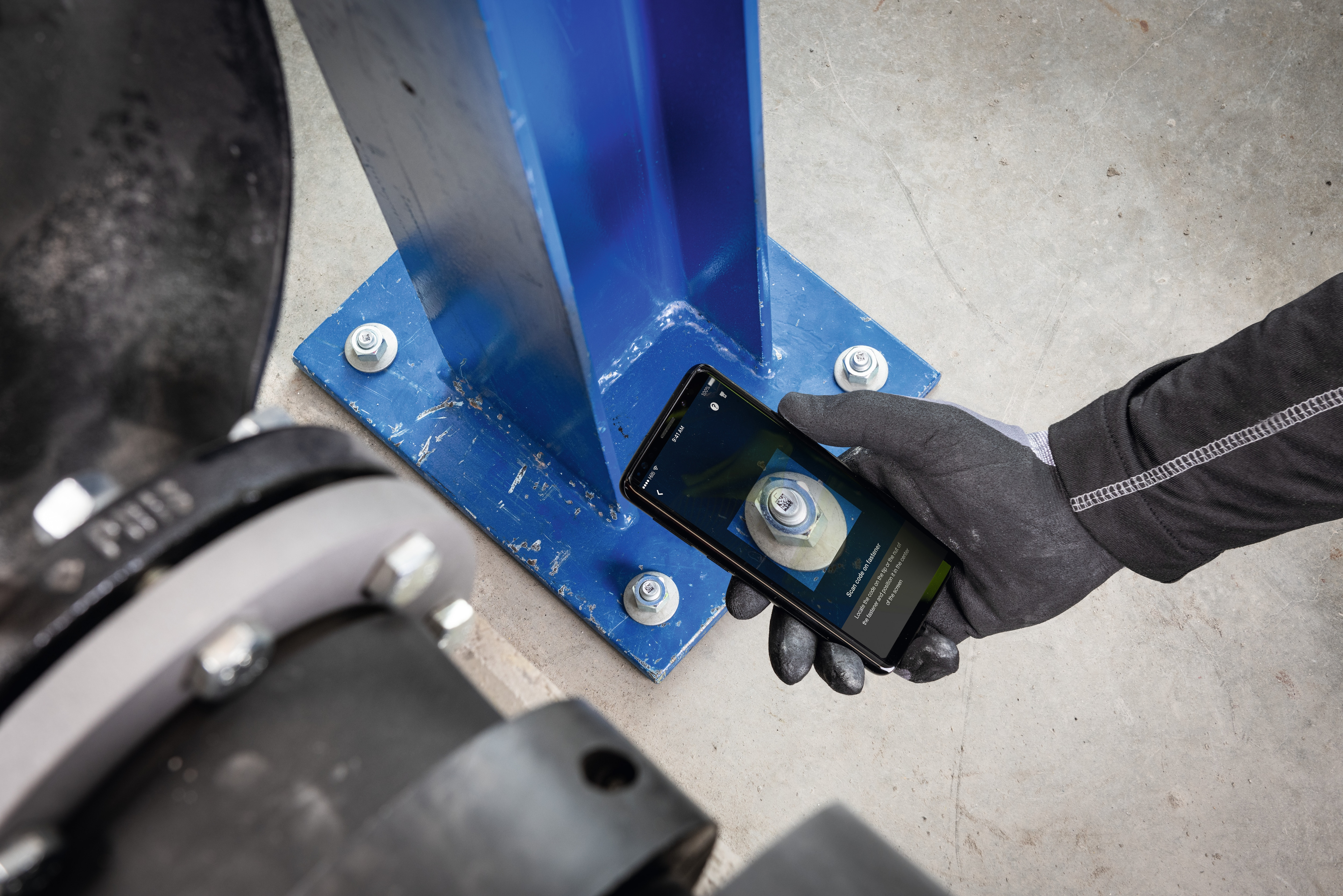 Worker scanning Hilti anchor with his smartphone